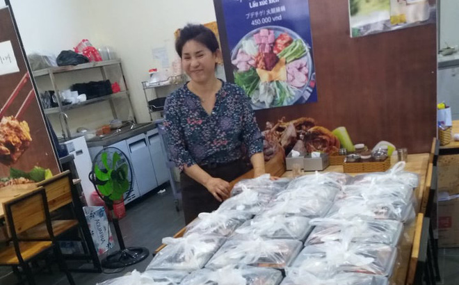 Chủ nhà hàng chuẩn bị 20 suất ăn đặc biệt cho các vị khách Hàn Quốc.