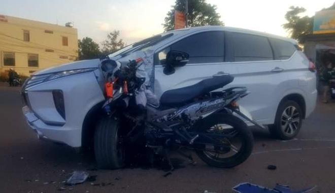 Xe máy cắm chặt vào đầu ô tô, xi nhan của xế hộp vẫn còn bật - hiện trường tai nạn gây ám ảnh  - Ảnh 2.
