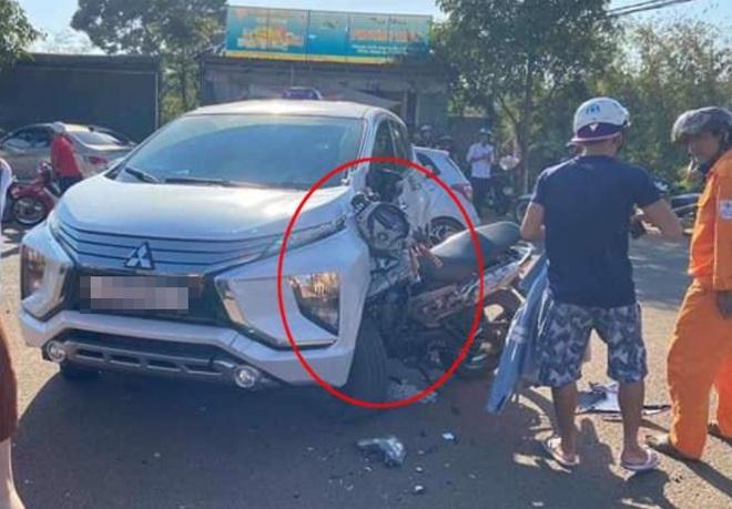 Xe máy cắm chặt vào đầu ô tô, xi nhan của xế hộp vẫn còn bật - hiện trường tai nạn gây ám ảnh  - Ảnh 1.