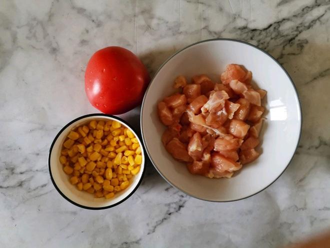 Hạn chế ra ngoài, mách bạn cách làm hộp cơm trưa siêu tốc chỉ cần 1 món thôi mà cũng ngon và đủ chất - Ảnh 1.