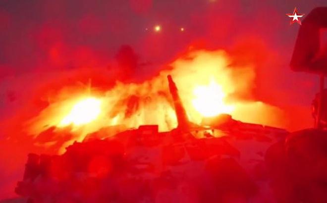 Video: Mãn nhãn loạt đạn pháo rực sáng trong đêm của lực lượng xe tăng Nga