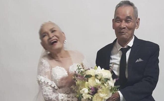 2 cụ già U80 chụp ảnh cưới sau hàng chục năm chung sống với nhau: Nụ cười và ánh mắt khiến con cháu xúc động
