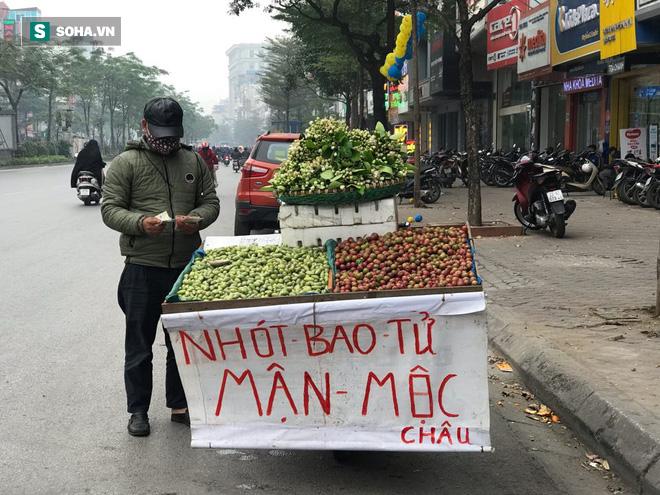Kiếm tiền triệu mỗi ngày nhờ bán rong quả xanh đầu mùa - Ảnh 1.