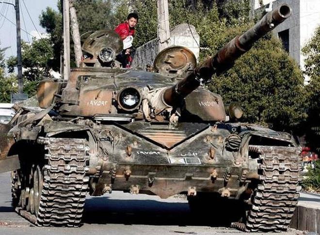 Phiến quân đánh rát, lính Syria bỏ cả chiến tăng T-72 để tháo chạy - Ảnh 13.