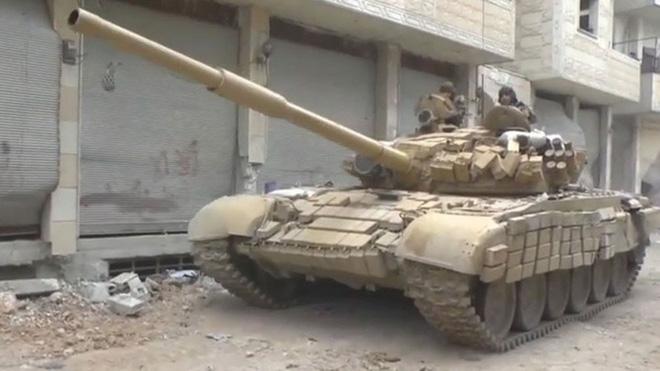 Phiến quân đánh rát, lính Syria bỏ cả chiến tăng T-72 để tháo chạy - Ảnh 17.
