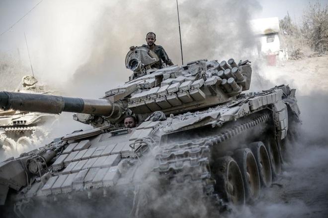 Phiến quân đánh rát, lính Syria bỏ cả chiến tăng T-72 để tháo chạy - Ảnh 19.
