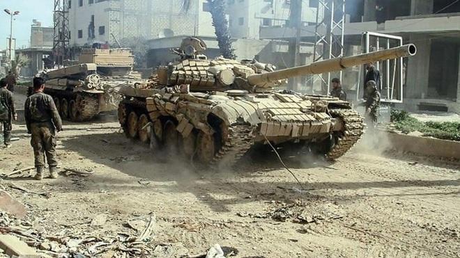 Phiến quân đánh rát, lính Syria bỏ cả chiến tăng T-72 để tháo chạy - Ảnh 24.