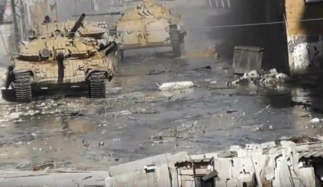 Phiến quân đánh rát, lính Syria bỏ cả chiến tăng T-72 để tháo chạy - Ảnh 25.