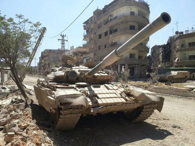 Phiến quân đánh rát, lính Syria bỏ cả chiến tăng T-72 để tháo chạy - Ảnh 26.