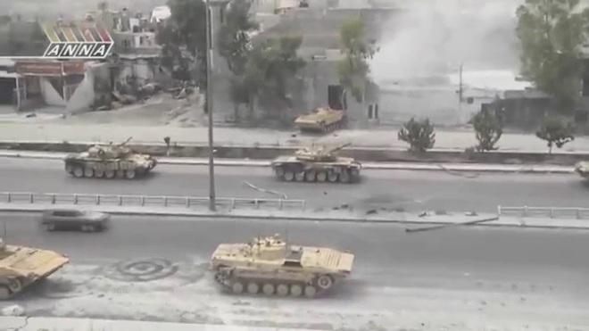 Phiến quân đánh rát, lính Syria bỏ cả chiến tăng T-72 để tháo chạy - Ảnh 27.