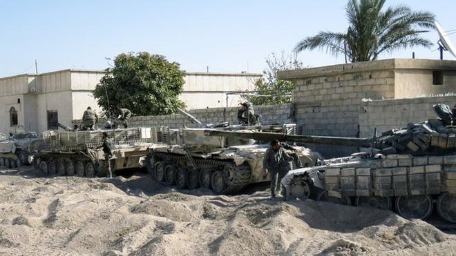 Phiến quân đánh rát, lính Syria bỏ cả chiến tăng T-72 để tháo chạy - Ảnh 28.