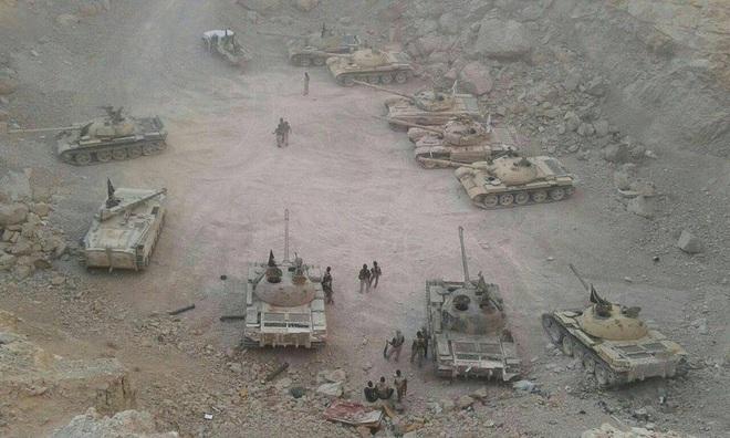 Phiến quân đánh rát, lính Syria bỏ cả chiến tăng T-72 để tháo chạy - Ảnh 33.