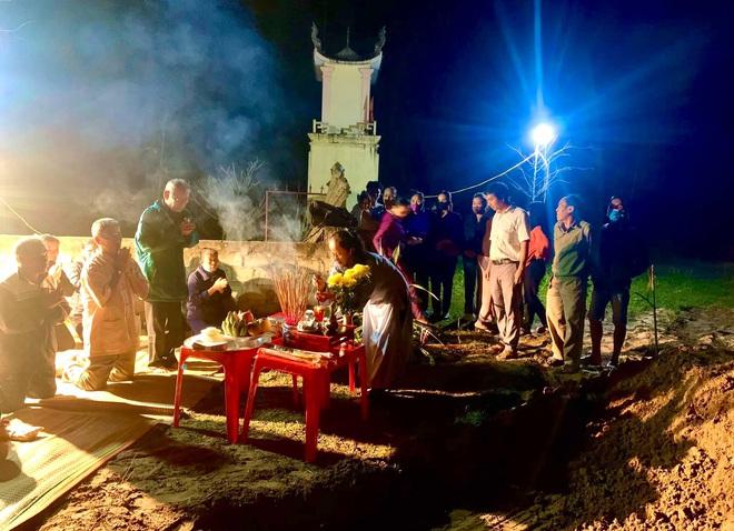 [Ảnh] Cả trăm người làm cơm, lập bàn thờ, thắp hương, chôn xác cá voi nặng hơn 10 tấn trong đêm - Ảnh 10.