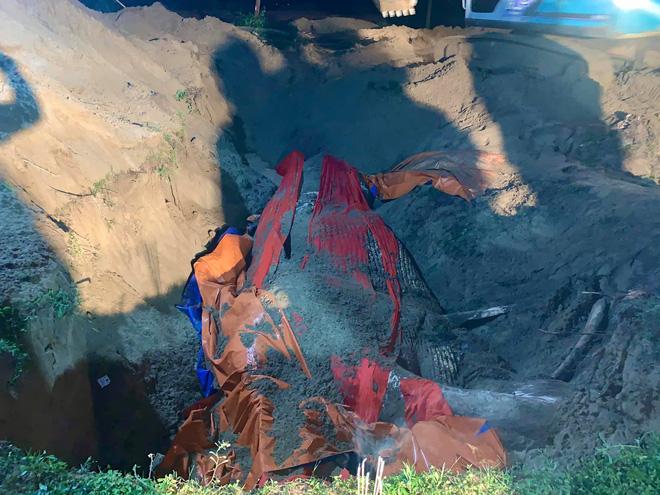 [Ảnh] Cả trăm người làm cơm, lập bàn thờ, thắp hương, chôn xác cá voi nặng hơn 10 tấn trong đêm - Ảnh 9.
