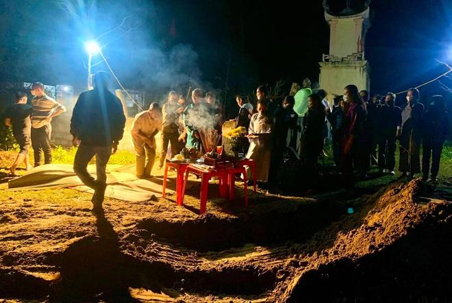 [Ảnh] Cả trăm người làm cơm, lập bàn thờ, thắp hương, chôn xác cá voi nặng hơn 10 tấn trong đêm - Ảnh 11.