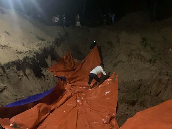 [Ảnh] Cả trăm người làm cơm, lập bàn thờ, thắp hương, chôn xác cá voi nặng hơn 10 tấn trong đêm - Ảnh 8.