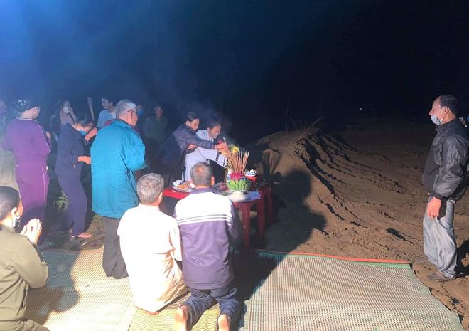 [Ảnh] Cả trăm người làm cơm, lập bàn thờ, thắp hương, chôn xác cá voi nặng hơn 10 tấn trong đêm - Ảnh 12.