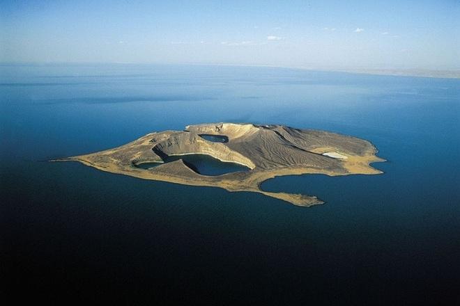 Thiên nhiên kỳ bí: Hòn đảo bí ẩn đột ngột xuất hiện sau lớp tro bụi núi lửa - Ảnh 3.