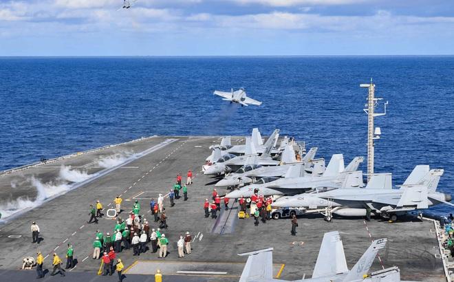 Máy bay chiến đấu Mỹ dồn dập cất - hạ cánh trên tàu sân bay: Đòn răn đe Iran vẫn rất mạnh!