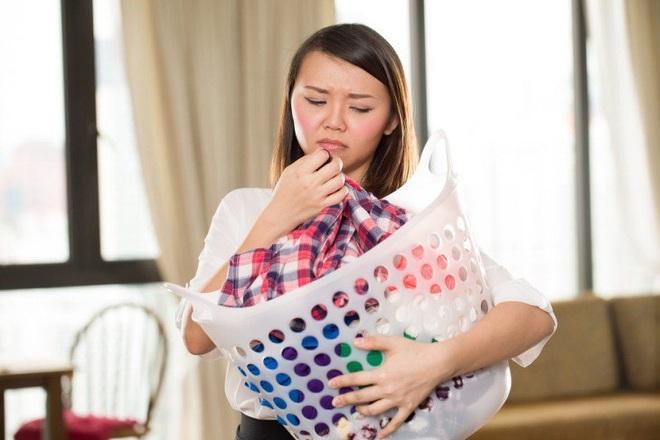 5 cách xử lý mùi hôi trên quần áo nhanh chóng, hiệu quả trong tiết mưa xuân khó chịu - Ảnh 1.