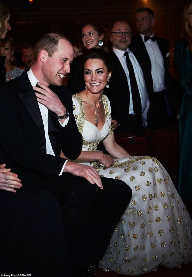 Công nương Kate mặc váy cũ 7 năm trước lên thảm đỏ vẫn tỏa sáng như nữ thần, Meghan lại muối mặt khi bị châm chọc công khai - Ảnh 4.