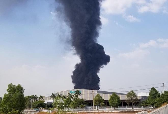 [Nóng] Công ty nệm mút ở Bình Dương đang chìm trong biển lửa, hàng trăm công nhân nháo nhào tháo chạy - Ảnh 1.