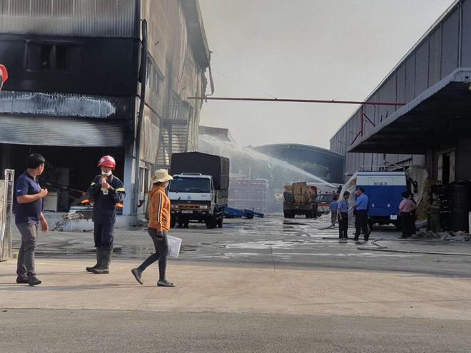 [Nóng] Công ty nệm mút ở Bình Dương đang chìm trong biển lửa, hàng trăm công nhân nháo nhào tháo chạy - Ảnh 4.