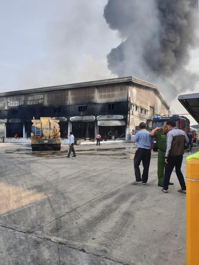 [Nóng] Công ty nệm mút ở Bình Dương đang chìm trong biển lửa, hàng trăm công nhân nháo nhào tháo chạy - Ảnh 5.