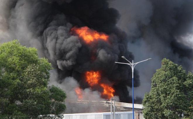 [Nóng] Công ty nệm mút ở Bình Dương đang chìm trong biển lửa, hàng trăm công nhân nháo nhào tháo chạy