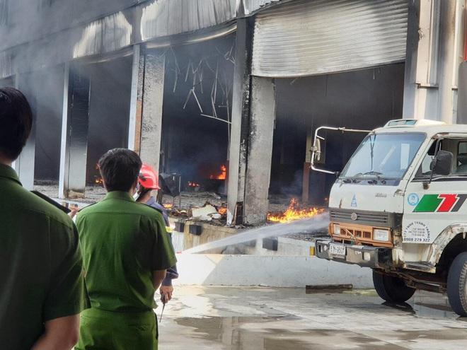 [Nóng] Công ty nệm mút ở Bình Dương đang chìm trong biển lửa, hàng trăm công nhân nháo nhào tháo chạy - Ảnh 3.