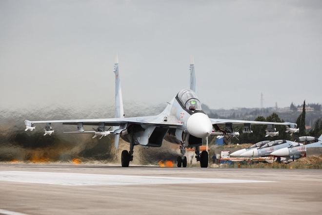 NÓNG: Phòng không Nga khai hỏa dồn dập, đầu não ở Syria bị tấn công từ Địa Trung Hải - Ảnh 1.