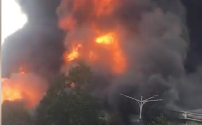 Cháy ngùn ngụt ở khu công nghiệp tại Bình Dương, cột khói cao hàng chục mét