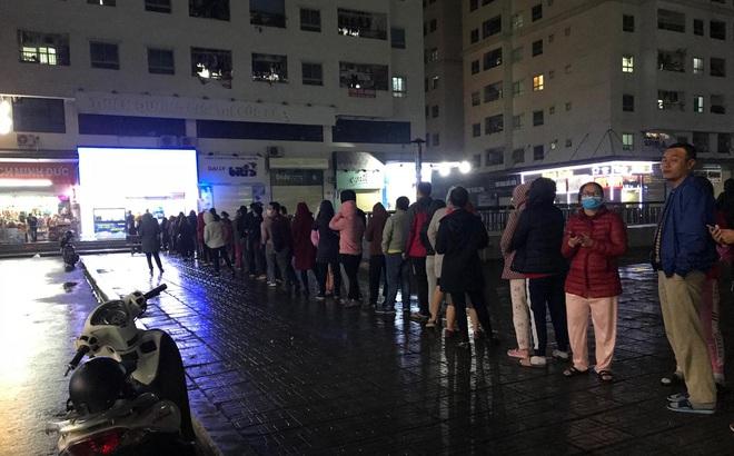 Người dân Linh Đàm rồng rắn xếp hàng đến 11h30 đêm trong giá lạnh để mua khẩu trang đúng giá