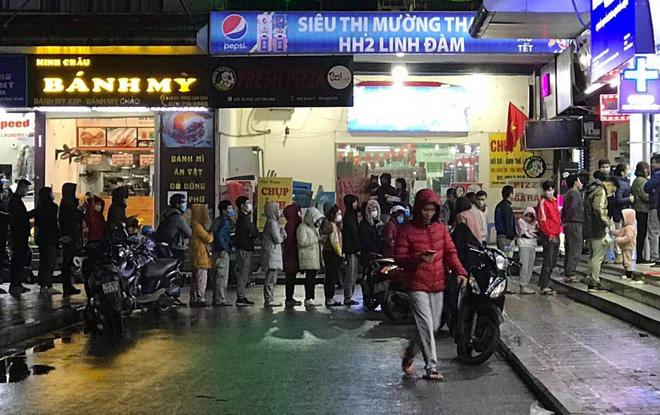 Người dân Linh Đàm rồng rắn xếp hàng đến 11h30 đêm trong giá lạnh để mua khẩu trang đúng giá - Ảnh 3.