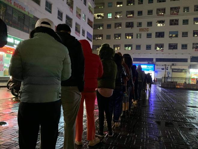Người dân Linh Đàm rồng rắn xếp hàng đến 11h30 đêm trong giá lạnh để mua khẩu trang đúng giá - Ảnh 4.