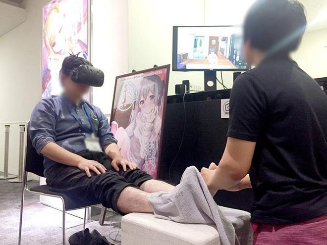 Công ty Nhật cung cấp dịch vụ nắn bóp chân thực tế ảo với các cô gái hoạt hình nhưng thợ mát xa lại là... đàn ông - Ảnh 2.
