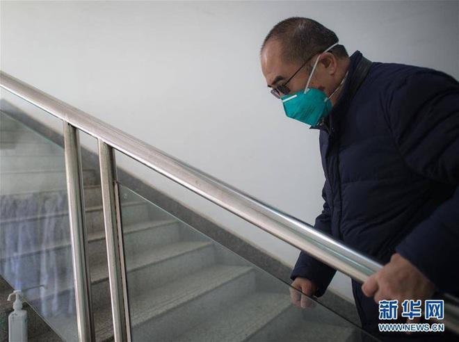 Mắc bệnh sắp liệt, bác sĩ viện trưởng tả xung hữu đột giữa tâm dịch Vũ Hán - Ảnh 3.