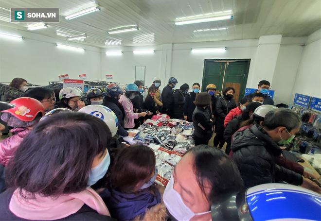 Hà Nội: Khẩu trang bán theo giờ, dân xếp hàng ra tận đường để mua 5 chiếc/người như thời bao cấp - Ảnh 4.