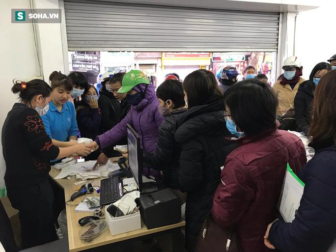 Hà Nội: Khẩu trang bán theo giờ, dân xếp hàng ra tận đường để mua 5 chiếc/người như thời bao cấp - Ảnh 2.