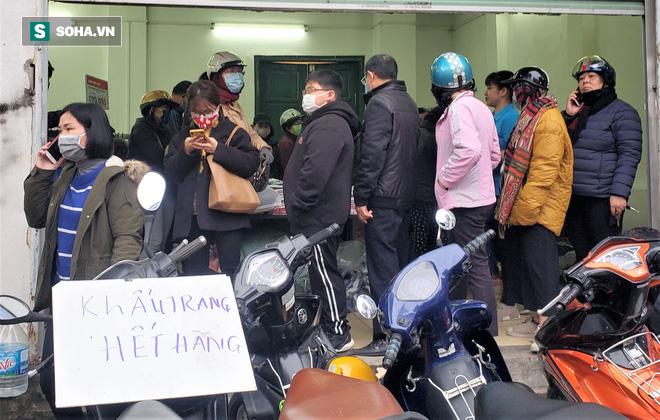Hà Nội: Khẩu trang bán theo giờ, dân xếp hàng ra tận đường để mua 5 chiếc/người như thời bao cấp - Ảnh 9.