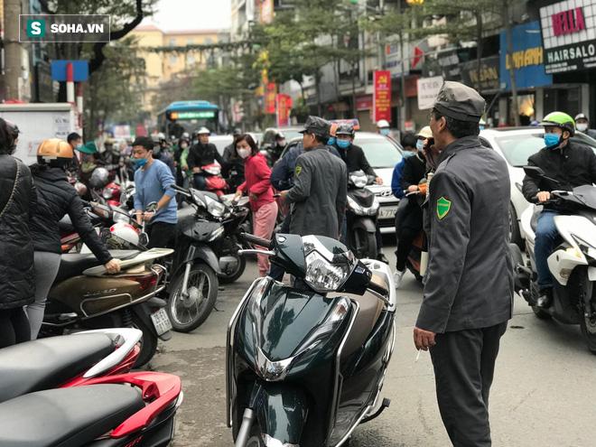 Hà Nội: Khẩu trang bán theo giờ, dân xếp hàng ra tận đường để mua 5 chiếc/người như thời bao cấp - Ảnh 8.