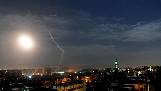NÓNG: Israel ồ ạt đánh lớn chưa từng có, nã thẳng vào Damascus, PK Syria dồn dập khai hỏa - Ảnh 1.