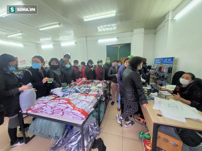 Hà Nội: Khẩu trang bán theo giờ, dân xếp hàng ra tận đường để mua 5 chiếc/người như thời bao cấp - Ảnh 1.