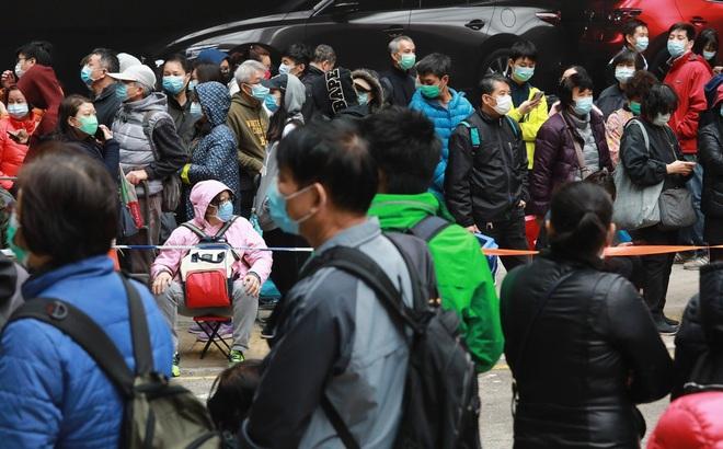 """Tái sử dụng khẩu trang đến mức """"bẩn không dùng nổi"""", 1 vạn người Hong Kong xếp hàng 30 giờ trong giá rét vì khan hàng"""