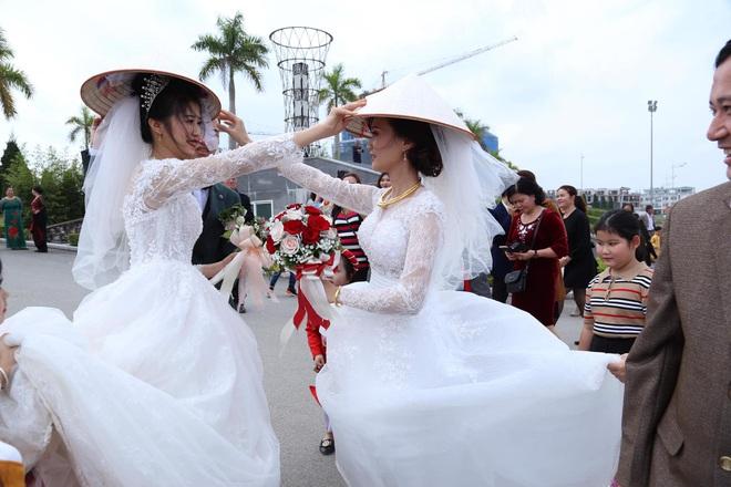 Đang chụp ảnh giữa đường, gặp đoàn rước dâu khác, cô dâu - chú rể liền có hành động đặc biệt - Ảnh 3.