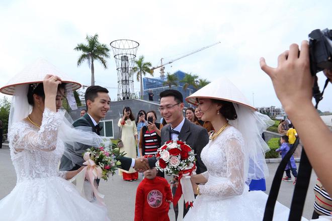 Đang chụp ảnh giữa đường, gặp đoàn rước dâu khác, cô dâu - chú rể liền có hành động đặc biệt - Ảnh 2.