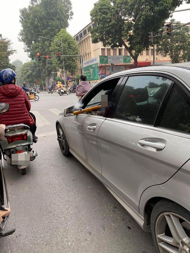 Hạ kính xe, rít thuốc lào - nam tài xế khiến cả con phố phải ngoái lại nhìn - Ảnh 1.