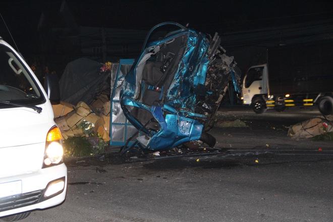 Xe khách tông nát đầu xe tải rồi lao vào nhà dân lúc rạng sáng, 6 người thương vong - Ảnh 1.