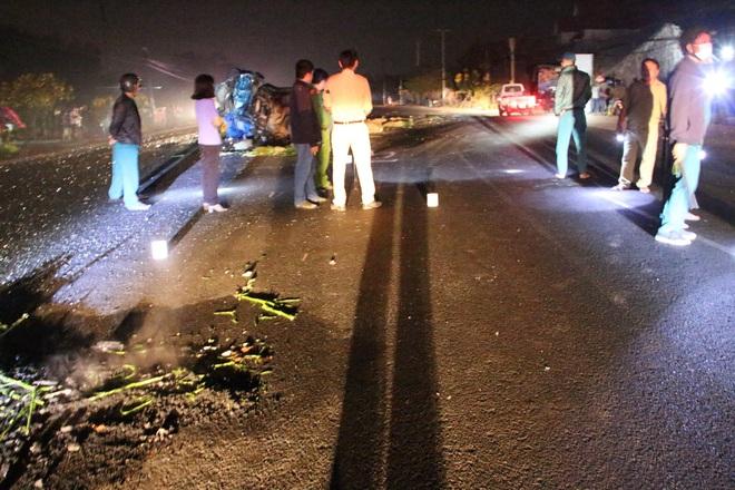 Xe khách tông nát đầu xe tải rồi lao vào nhà dân lúc rạng sáng, 6 người thương vong - Ảnh 2.