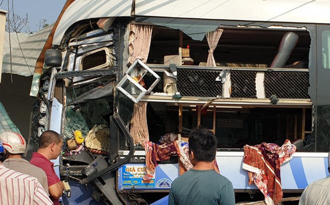 Kết quả hình ảnh cho xe khách, xe tải đâm trực diện làm chết 3 người ở Bình Dương